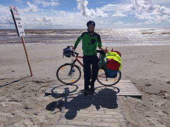 """<p class=""""caption"""">Einen Besuch am Strand von Pärnu (Estland) ließ sich Peter nicht entgehen.</p>"""