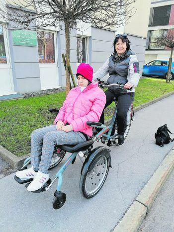 Endlich mobil ohne Auto: Mama Michaela ist die Freude über das Rollstuhl-Fahrrad ins Gesicht geschrieben.Foto: W&W