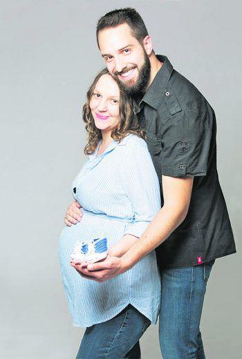 """<p class=""""caption"""">Eva mit ihrem Mann im Babyglück!</p>"""