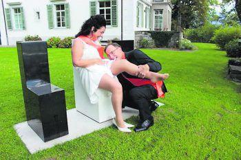 """<p class=""""caption"""">Hochzeit mit holländischer Schärpe – Manuela und Paul.</p>"""
