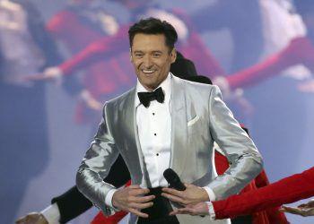 """Hugh JackmanBevor der Star aus Australien mit Rollen wie """"Wolverine"""" zu Weltruhm gelangte, trat Jackman in australischen TV-Sendungen auf und war auch in Produktionen wie """"Die Schöne und das Biest"""" oder """"Oklahoma!"""" zu sehen."""