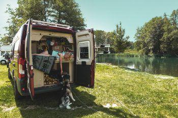 """<p class=""""caption"""">In ihrem Wohnmobil hat das Paar alles, was es braucht – und sogarHusky Tio hat genug Platz.</p>"""