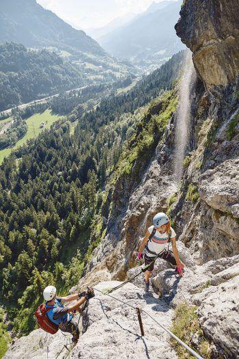 KletternDer steile Fels und das unbeschreibliche Gipfelerlebnis locken nicht nur Fortgeschrittene, sondern auch Kinder und Anfänger in die Klettergärten in Bludenz, im Brandnertal, Großes Walsertal oder Klostertal, um diesen spannenden Sport unter Anleitung von erfahrenen Bergführern und Kletterguides der Bergsteigerschulen erlernen zu können.