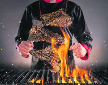 Kreative Köstlichkeiten vom Grill: Beim Grillseminar von Madlener Grillshop lernt man hilfreiche Hacks, die für noch mehr Grillgenuss sorgen. Foto: Shutterstock