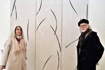 """<p class=""""caption"""">Kunstliebhaberin Heide Repolusk und Künstler Hugo Ender vor einem Weerk von Franz Gassner.</p>"""