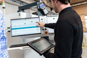 Mit dem Tablet kann Florian Warenbewegungen buchen – so wird der Arbeitsprozess vereinfacht.Foto: handout/INNONAV