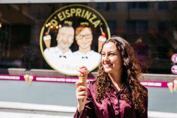 """<p class=""""caption"""">Nach der Shopping-Tour gönnt sich Selina ein leckeres Eis bei den Eisprinza in der Innenstadt.</p>"""