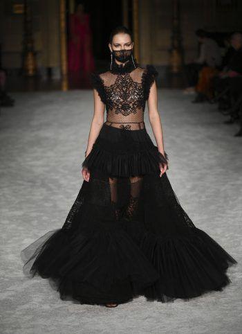 New York. Ausladend: Ein Model präsentiert ein Kleid von Christian Siriano bei der New York Fashion Week.