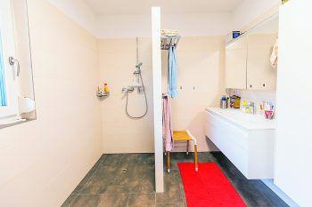 """<p class=""""caption"""">Ohne viel Schnickschnack kommt auch das Badezimmer aus.</p>"""