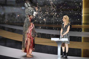 """<p>Paris. Bizarr: Die französische Schauspielerin Corinne Masiero hält im Rahmen der 46. Cesar Film Awards in einem """"Peau d'Ane""""-Kostüm (dt.: """"Eselshaut"""") eine Rede.</p>"""