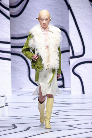 Peking. Außerirdisch: Bei der China Fashion Week sind auch die Frisuren äußerst extravagant. Fotos: AFP, AP, APA