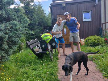 """<p class=""""caption"""">Peter bei einem seiner Gastgeber in Polen: Die Begegnungen mit besonderen Menschen bezeichnet er als das Tollste dieser Reise.</p>"""