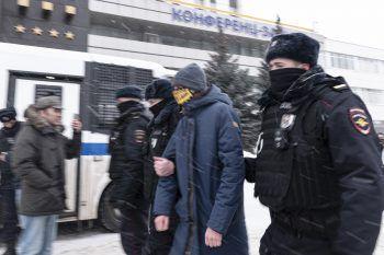 Russische Polizisten führen eine Teilnehmerin der Veranstaltung ab.Foto: AP