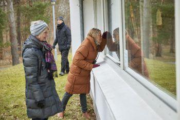 """<p>Silkeborg. Kreativ: Menschen schauen durch die Fenster des dänischen Jorn-Museums. Das Haus zeigt eine Ausstellung zum Thema """"SocialDistancing"""" – die konsequenterweise nur von außen zu bestaunen ist.</p>"""