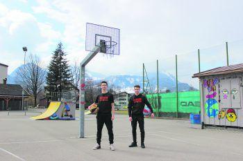 """<p class=""""title"""">Skaterplatz Bludenz Wenn Sandro (li.) und Matthias (re.) nicht in der Halle trainieren können, üben sie ihre Sprungwürfe auf dem Skaterplatz in Bludenz.</p>"""