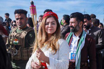 <p>Sulaimaniyya. Rituell: Eine Frau hält sich bereit, um mit ihrer Fackel einen Scheiter-haufen anzuzünden. Der Brauch ist Teil des persischen Neujahrsfestes.</p>