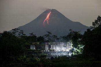 <p>Yogyakarta. Bedrohlich: Aus dem Krater des Vulkan Merapi auf Indonesien ergießt sich Lava. Der Vulkan ist der aktivste des Landes.</p>