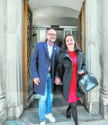 """<p class=""""caption"""">Yvonne Ritsch mit ihrem Mann Michael, kurz nachdem dieser die Wahl zum Bregenzer Bürgermeister gewonnen hat. Fotos: Sams, Steurer</p>"""