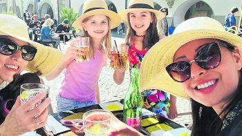 """Barbara: """"Sonnige Grüße aus dem Rio, unserem allerliebsten und besten Lokal in Feldkirch.""""Fotos: privat"""