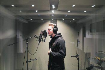 Bei der Produktion des Musikvideos der Single halfen Noah Küng seine Freunde, die das Hauptfach Intermedia an der FH Vorarlberg studieren. Fotos: handout/Küng/WANN & WO
