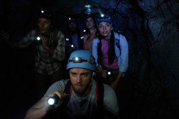 Black Water: AbyssPrime Video, Film, Action/Horror. Das abenteuerlustige Paar Eric und Jennifer überredet ihre Freunde, ein entlegenes Höhlensystem in den Wäldern von Nordaustralien zu erkunden. Mit einem herannahenden Sturm beginnen jedoch die Schwierigkeiten. Ab heute.