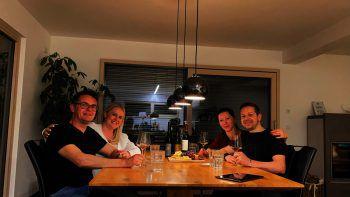 """<p class=""""caption"""">Christian Längle (Wilhelm+Mayer), Christina Gehrer (Hypo Vorarlberg), Olja und Ingo Rauch (Advarics). Längle: """"Eine super Idee in der aktuellen Zeit. Andreas von ,Lauter Wein' hat uns mit seinem Fachwissen perfekt durch den Abend begleitet!""""</p>"""