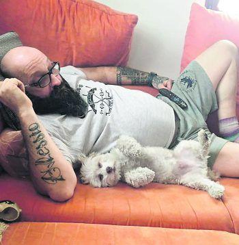"""<p class=""""caption"""">Das Herrchen macht sichs mit dem Hund gemütlich auf der Couch. Eine Einsendung von Silvia.</p>"""