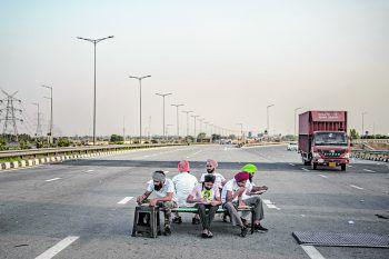 <p>Dasna. Mutig: Protestierende Bauern in Indien essen auf einer Bank – mitten auf der Autobahn.</p>