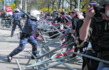 Demonstranten – darunter Verschwörungstheoretiker, QAnon-Anhänger und Sympathisanten der rechtsextremen Szene – griffen die Polizisten an und versuchten, Sperren zu durchbrechen. Die Beamten setzten Schlagstöcke und Pfefferspray ein.Foto: APA