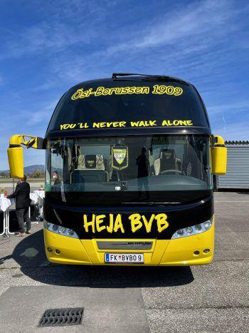 """<p class=""""caption"""">Der Borussia Dortmund-Fanbus von vorne.</p>"""