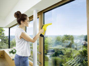 """<p class=""""caption"""">Der Fenstersauger WV 6 sorgt für streifenfreie Fenster.</p>"""