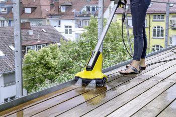 Der Terrassenreiniger PCL 4 reinigt Holzterrassen im Nu gründlich und gleichmäßig. Einfach an Strom und Wasser anschließen.