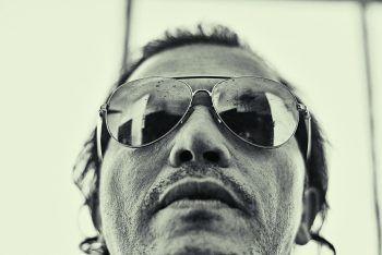 """<p class=""""caption"""">Der ungewöhnliche Blickwinkel macht dieses Porträt vonSchauspieler John Leguizamo aus.</p>"""