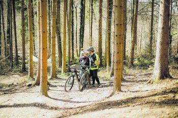 Die 21-jährige Hannah Schwarzmann aus Bizau haben die Frühlingsgefühle voll erwischt. Am liebsten toben sie und ihr Freund Sebastian sich bei den warmen Frühlingstemperaturen auf ihren Bikes im Wald aus. Foto: handout/Schwarzmann