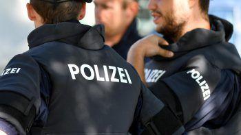 Die amtsbekannten und angetrunkenen Männer verhielten sich von Beginn anaggressiv gegenüber den Polizisten. Einer trat nach den Beamten.Symbolfoto: APA