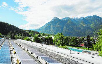 Die Photovoltaikanlage auf dem Dach des Hallenbades wurde 2016 in Betrieb genommen.Fotos: Markus Gemeiner, handout Val Blu
