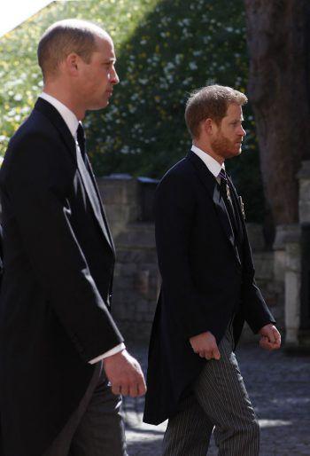 """<p class=""""caption"""">Die zerstrittenen Brüder Prinz William (l.) und Prinz Harry trafen am Grab ihres Großvaters wieder aufeinander.</p>"""