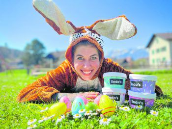 """<p class=""""caption"""">Eiscreme statt Schokoeier: Vorarlbergs beliebteste Eisdealerin Linda Olsen freut sich auf sonnige und leckere Feiertage – stilecht mit Hasenohren.</p>"""