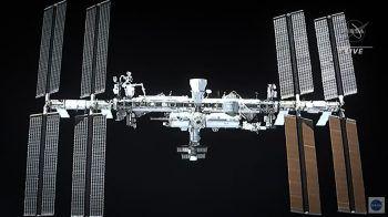 """<p>Erdorbit. Spektakulär: Dieses Bild zeigt die ISS aus Sicht der """"Space X Crew Dragon""""-Kapsel mit vier Astronauten an Bord kurz vor dem Andocken an die Raumstation.</p>"""