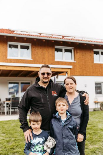 Familie Degano: Roberto (50) mit Ehefrau Birgit (39) und ihren Söhnen Raphael Emilio (8) und Riccardo Paolo (6).Fotos: Sams