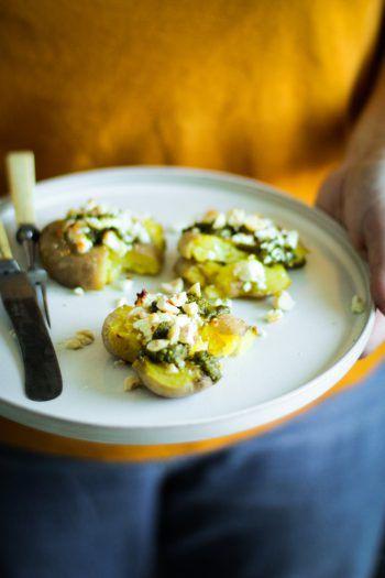 Schnell zubereitet sind die Smashed Potatoes mit Feta ein herrliches Abendessen oder der kleine Snack für Zwischendurch. Das Highlight ist das leckere Bärlauchpesto, das man ganz einfach selbst machen kann. Fotos: Nadin Hiebler