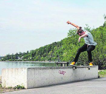 Elia verbringt seine Freizeit am liebsten draußen auf dem Skateboard, um einen freien Kopf zu bekommen. Der Sport spendet ihm Trost. Foto: handout/Degasperi