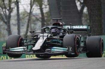 Fliegende Runde: In einem spannenden Qualifying setzte sich Lewis Hamilton gestern in Imola gegen die Konkurrenz durch. Foto: AP