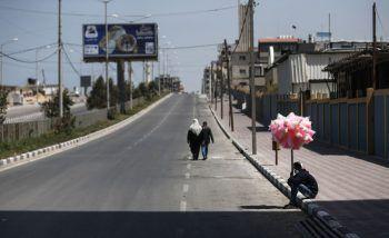 <p>Gaza. Vergebens: Ein junger Mann verkauft Zuckerwatte auf einer menschenleeren Straße im Gaza-Streifen. Während des Ramadan-Monats hat die Verwaltung einen zweitägigen Lockdown verhängt.</p>
