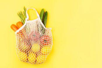 """<p class=""""title"""">               Immer eine Tasche dabei             </p><p>Es gehört zu den besten praktischen Tipps für die Umwelt: eine eigene Einkaufstasche dabei zu haben. Sei es für einen geplanten Ausflug zum Supermarkt oder zum Wochenmarkt, dank einer eigenen Einkaufstasche kann man auf Papier- und Plastiktüten verzichten – gut für die Umwelt und den Geldbeutel.</p>"""