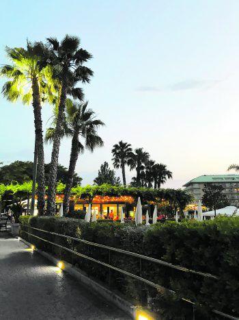In zentraler Lage flaniert man vom Hotel Florida in nur wenigen Minuten zum romantischen Strand in Santa Susanna. Fotos: handout Herburger Reisen, Shutterstock