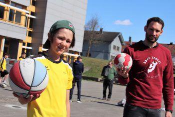 """<p class=""""caption"""">Julian mit Handball-Ass Dominik Schmid.</p>"""