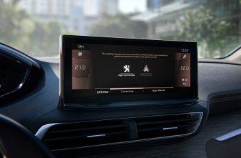 """KonnektivitätDer neue 10-Zoll-Touchscreen ist extrem leicht konfigurier- und personalisierbar. Dank der """"Mirror Screen""""-Funktion können alle kompatiblen Smartphone-Apps auf dem Bildschirm genutzt und das Smartphone an der Mittelkonsole aufgeladen werden."""