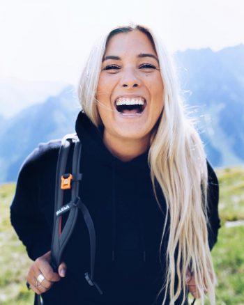 """Linda Meixner, Influencerin: """"Ich liebe unsere Natur und unsere Berge. Bei jeder Wanderung oder Skitour, versuche ich den Müll, den ich von anderen finde, aufzusammeln und einzustecken. Selber bemühe ich mich, möglichst wenig Verpackung dabei zu haben und packe immer meine Wasserflasche oder meine 'Marenda' in einer Box mit unverpackten Lebensmitteln ein. Ich verwende auch gerne Bienenwachstücher. Im Alltag probiere ich möglichst vieles regional einzukaufen. Hier haben wir in unserem Ländle tolle Möglichkeiten."""""""