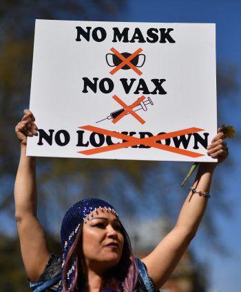 <p>London. Ablehnend: Eine Frau demonstriert gegen die Corona-Maßnahmen der britischen Regierung.</p>